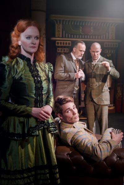 Margaret Trelawny mit Inspektor Daw und Holmes und Watson
