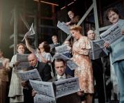 Ensemble mit Zeitung
